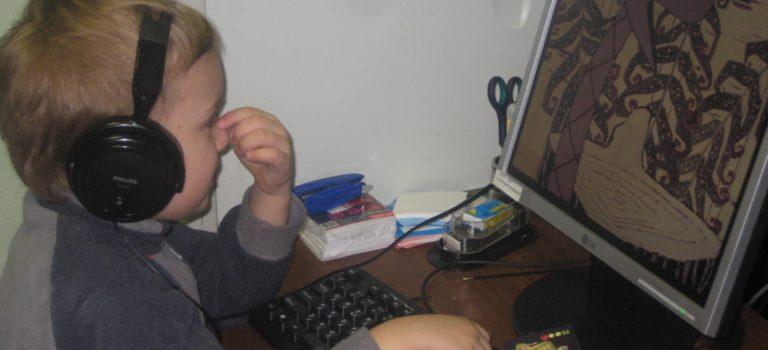 Почему дети кривят рот и едят резиновых мышей