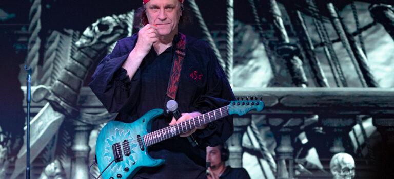 Основатель группы «Ария» Владимир Холстинин: Рано или поздно начинаешь либо гитару покупать, либо песню писать